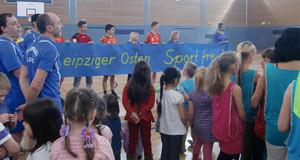 Kinder und Sportler bei der Eröffnung der Sporthalle Rabet