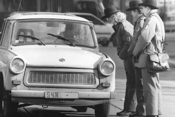 Bild wird vergrößert: Drei Politessen auf einem Schwarz-Weiß-Bild von 1991 im Einsatz. Die Damen sprechen mit einem Fahrer in einem Trabant