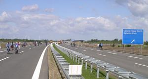 Foto von der Autobahn A 38 auf Höhe der Anschlussstelle Neue Harth 2006 im Sonnenschein mit Fußgängern am Tag der Eröffnung