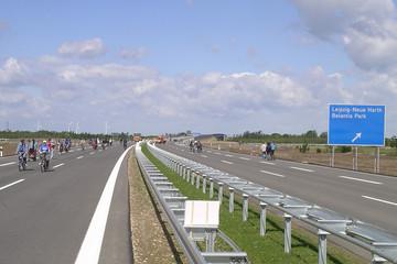 Bild wird vergrößert: Foto von der Autobahn A 38 auf Höhe der Anschlussstelle Neue Harth 2006 im Sonnenschein mit Fußgängern am Tag der Eröffnung