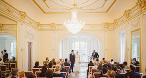 Hochzeitspaar, Standesbeamter und Gäste in einem festlichen Raum im Herrenhaus Möckern.