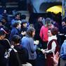 Eine Gruppe von Menschen steht in einem recht dunklem Bild zusammen und unterhält sich.