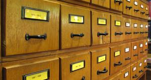 Karteikasten als Symbol der strukturierten Ablage von Informationen zu Sammlungen und Bibliotheksbeständen.