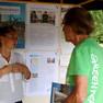 Betreuerin des Standes des Verkehrs- und Tiefbauamtes im Gespräch mit einem interessierten Besucher.