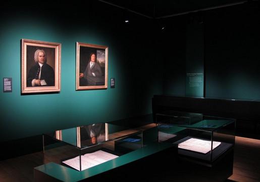 Bach-Museum Leipzig, Blick in die Schatzkammer mit Ausstellungsvitrinen und Gemälden