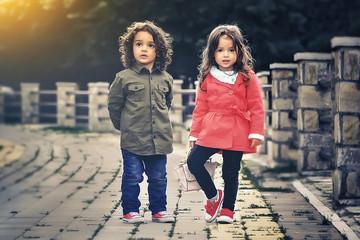 Bild wird vergrößert: Zwei Mädchen stehen auf einer Brücke.