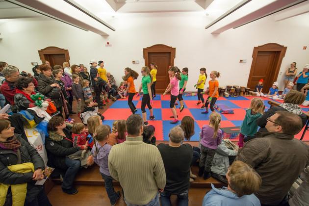 Kinder des OFT Paradise machen eine Tanzshow.