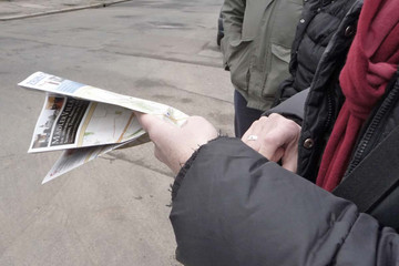 Bild wird vergrößert: Zwei Hände halten eine Fachzeitschrift.