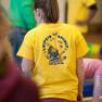 Betreuerin des Familienspielfestes mit gelbem T-Shirt.