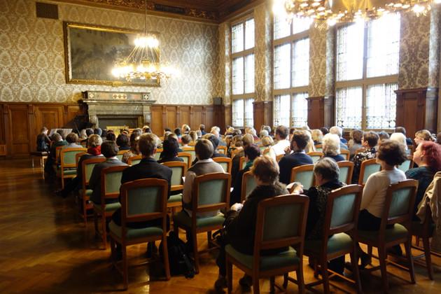 Menschen sitzen auf Stühlen während der Preisverleihung des Louise-Otto-Peters-Preises 2015 im Ratsplenarsaal des Neuen Rathauses