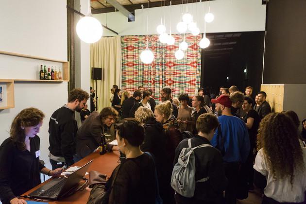 Menschen an der Bar der Residenz des Schauspiels Leipzig