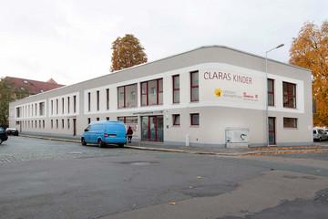 Bild wird vergrößert: Blick über eine Straße auf eine neue Kindertagesstätte in Schönefeld