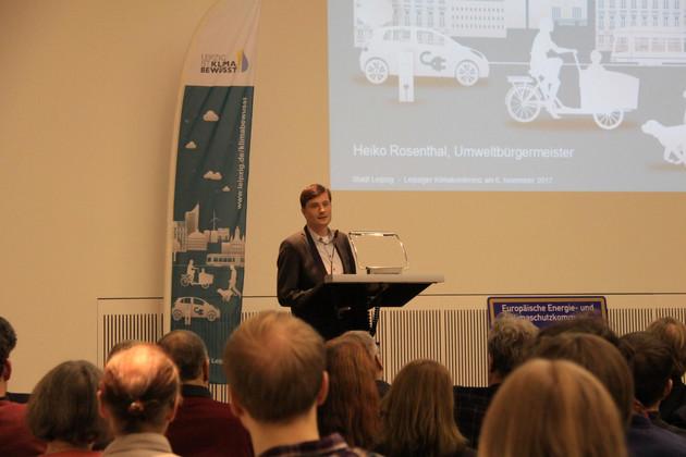 Bürgermeister Heiko Rosenthal am Rednerpult bei der Klimakonferenz