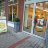 """Blick auf den Eingang des Mobilen Behindertendiensts, davor steht ein Schild auf dem steht """"Zusammen"""""""