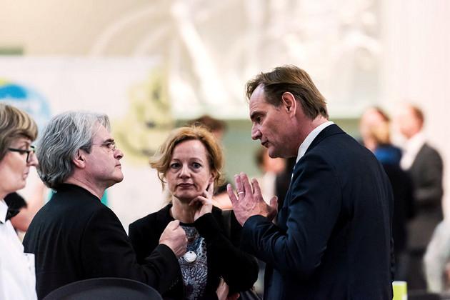 Oberbürgermeister Burkhard Jung unterhält sich mit einem Herrn.