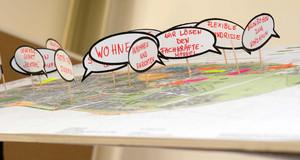 Ein Arbeitstisch mit Moderationskarten zu den Themen Wohnen, Fachkräfte und anderen