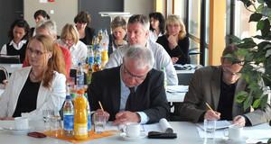 Personen an einem Tisch. Tagung der AG Stadterneuerung in Görlitz,