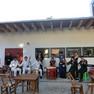 """Konzert eines Folkloreensembles aus Nanjing im Garten des Restaurants """"Chinabrenner"""": insgesamt dreizehn Musiker in traditionell chinesischer Kleidung musizieren mit chinesischen Musikinstrumenten"""