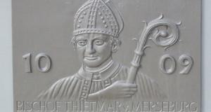 Ein Relief mit Portrait vom Bischof Thietmar von Merseburg