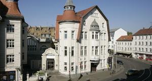 Gebäude des Theaters der jungen Welt bei Sonnenschein