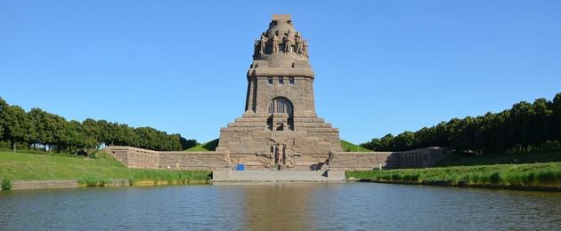 Das Leipziger Völkerschlachtdenkmal vor blauem Himmel