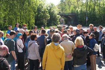 Bild wird vergrößert: eine große Gruppe Menschen im Freien