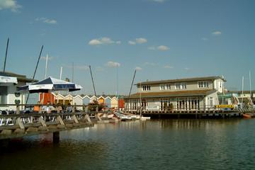 Bild wird vergrößert: Hafenanlagen am Cospudener See mit Booten und einer Sitzterasse mit Besuchern