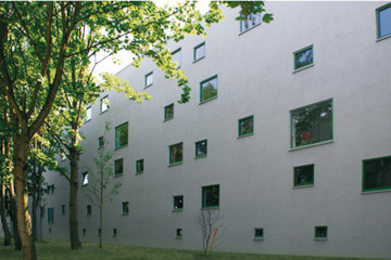 Bild wird vergrößert: Gebäudeansicht einer Plattenbauschulen