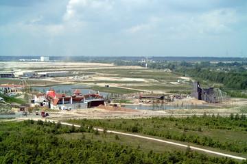 Bild wird vergrößert: Blick vom Aussichtsturm Bistumshöhe auf den Freizeitpark Belantis 2002 mit Spanischem Dorf und Geisterbahn