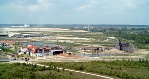 Blick vom Aussichtsturm Bistumshöhe auf den Freizeitpark Belantis 2002 mit Spanischem Dorf und Geisterbahn