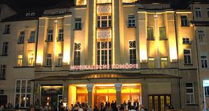 Fassade der Musikalische Komödie mit abendlicher Festbeleuchtung