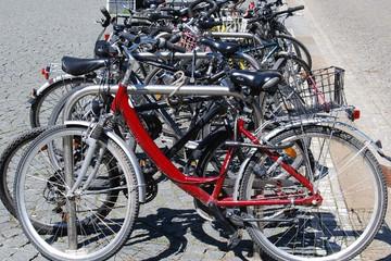 Bild wird vergrößert: Angeschlossen Fahrräder an einem Fahrradbügel