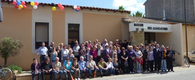 Gruppenfoto vorm Maison des Associations in Althen des Paluds: Teilnehmer aus dem deutschen und dem französischen Althen