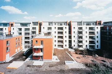 Bild wird vergrößert: Stadthäuser mir orangenem Wänden
