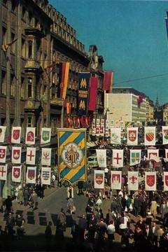 Bild wird vergrößert: Mit Fahnen geschmückte Petersstraße 1965