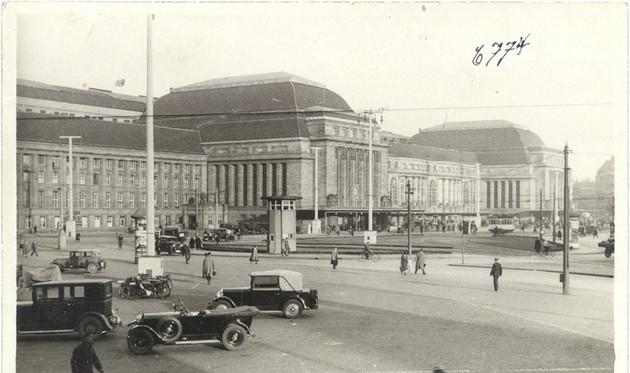 Die Abbildung zeigt eine Außenansicht des Leipziger Hauptbahnhofs vom Dittrichring aus gesehen.