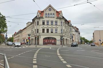 Bild wird vergrößert: An einer Straßenkreuzung steht ein repräsentatives Gründerzeithaus, das neu und komplett saniert wurde.