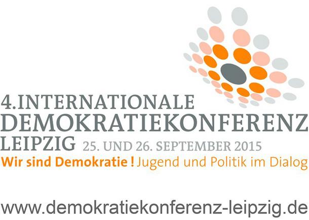 Logo Demokratiekonferenz mit Schriftzug und farbigen Punkten