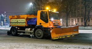 Fahrzeug der Stadtreinigung beim Schneeschieben am Wilhelm-Liebknecht-Platz