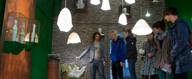 Besucher schauen siech verschieden Designlampen beim Designers' Open Spot an.