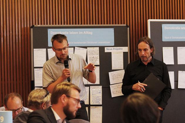 Stefan Heinig stellt die Ergebnisse seiner Tischgruppe vor