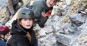 Die Kinder und Jugendlichen der Jugendgruppe Steinbeisser in Aktion in der Natur.