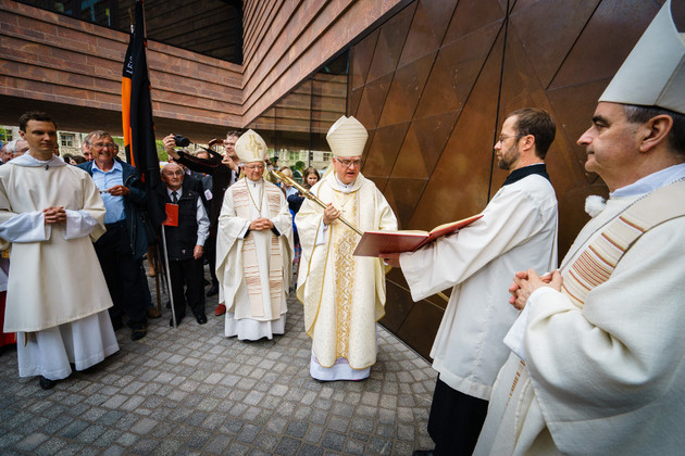 Dr. Heiner Koch, Bischof von Dresden-Meißen, klopft mit seinem  Bischofsstab an die Tür der neuen Propsteikirche in Leipzig, um diese für den  feierlichen Weiheakt zu öffnen.