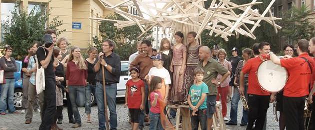 Bülowlinde mit Akteuren des Bülowviertels