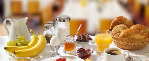 Ein Tisch gedeckt mit fair beschafftem Frühstück.