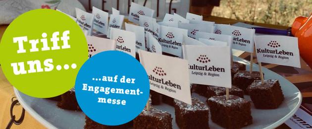 """Blick auf kleine Browniestücke mit Fähnchen, auf denen jeweils """"KulturLeben"""" steht"""