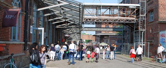 Viele Menschen auf dem Geländer der Baumwollspinnerei