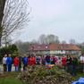 Anwohner aus der Weidenhofsiedlung in Leipzig-Mockau beim Frühjahrsputz 2017. Sie stehen in einer Gruppe hinter einem großen Laubhaufen.