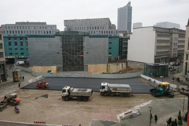 Blick auf die Baugrube des Burgplatzes mit Baggern und LKW im Vordergrund
