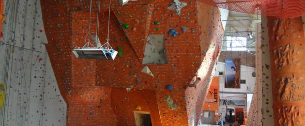 Innenansicht der Kletter- und Boulderhalle No Limit mit verschiedenen Kletterfelsen